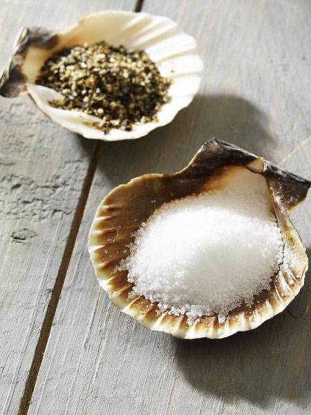table-decoration-ideas-summer-scallop-shells-instead-salt-pepper-shaker